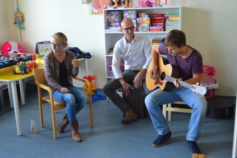 Lenna kampaania lõpetamisel Tallinna Lastehaiglas musitseerimas